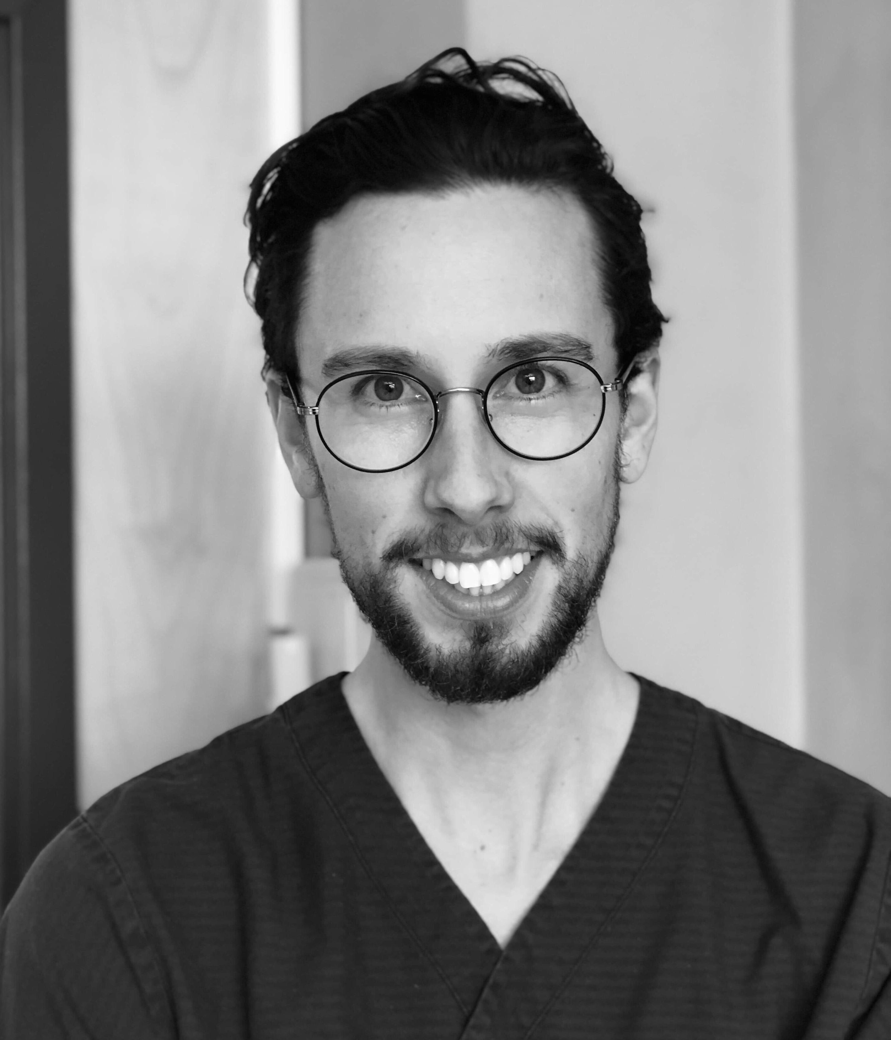 Philip Arneryd jobbar som tandläkare på Smile Malmö City.